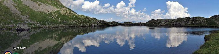 36464_89-nuvole-bianche-si-specchiano-nel-lago-jpg.jpg