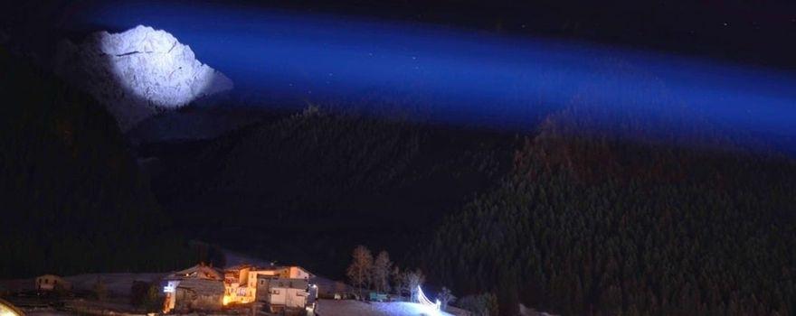 Il Pizzo Camino splende nella notte