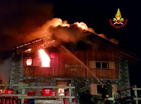 Il rifugio Loa distrutto dalle fiamme