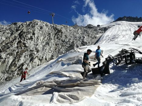 Via i teli geotessili dal ghiacciaio del Presena