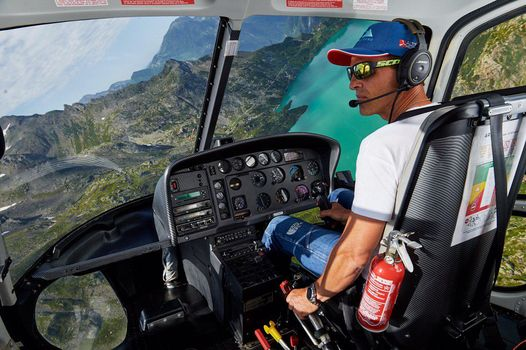 Simone Moro in volo sopra Bergamo
