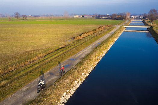 In bici lungo il canale Vacchelli